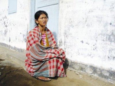 Sula (perempuan di gambar 1), dulu adalah seorang penyanyi dangdut tingkat kecamatan di Brastagi, Sumatera Utara. Cukup terkenal juga. Tapi sejak beberapa belas tahun silam, Sula tak lagi bisa bergoyang di atas panggung. Yups....beban persoalan hidup telah menghantarkan dirinya terdampar di sebuah panti orang gila.