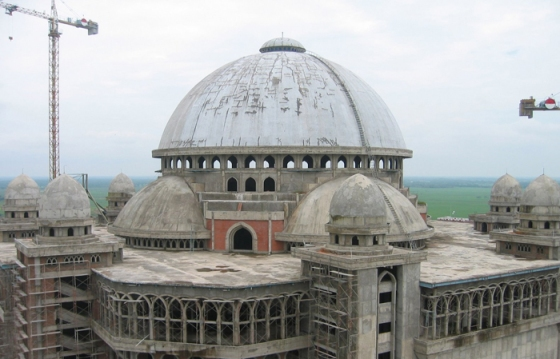 Di teras puncak Masjid RLA inilah upacara itu dilaksanakan
